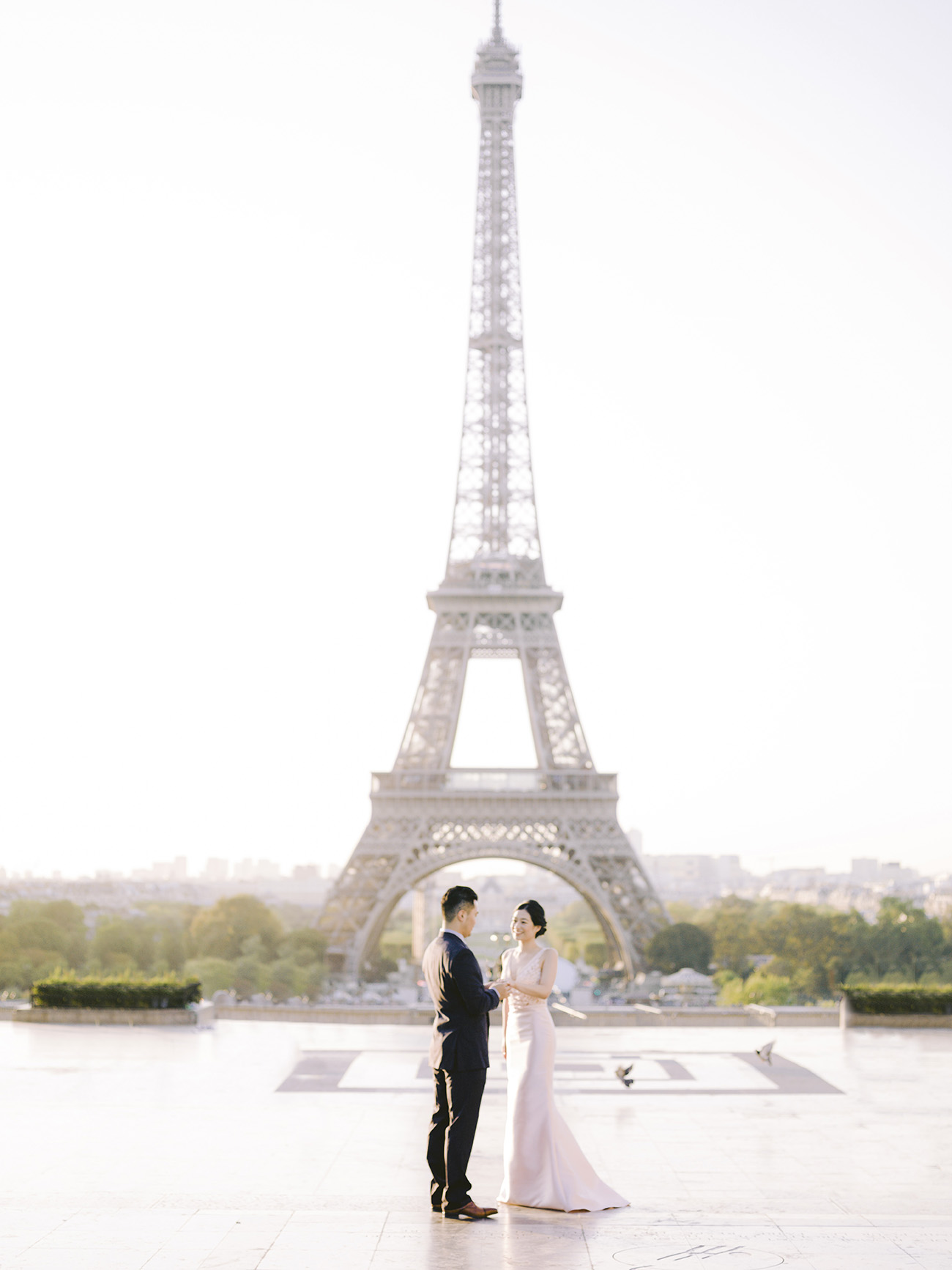 un couple face à la tour eiffel à paris
