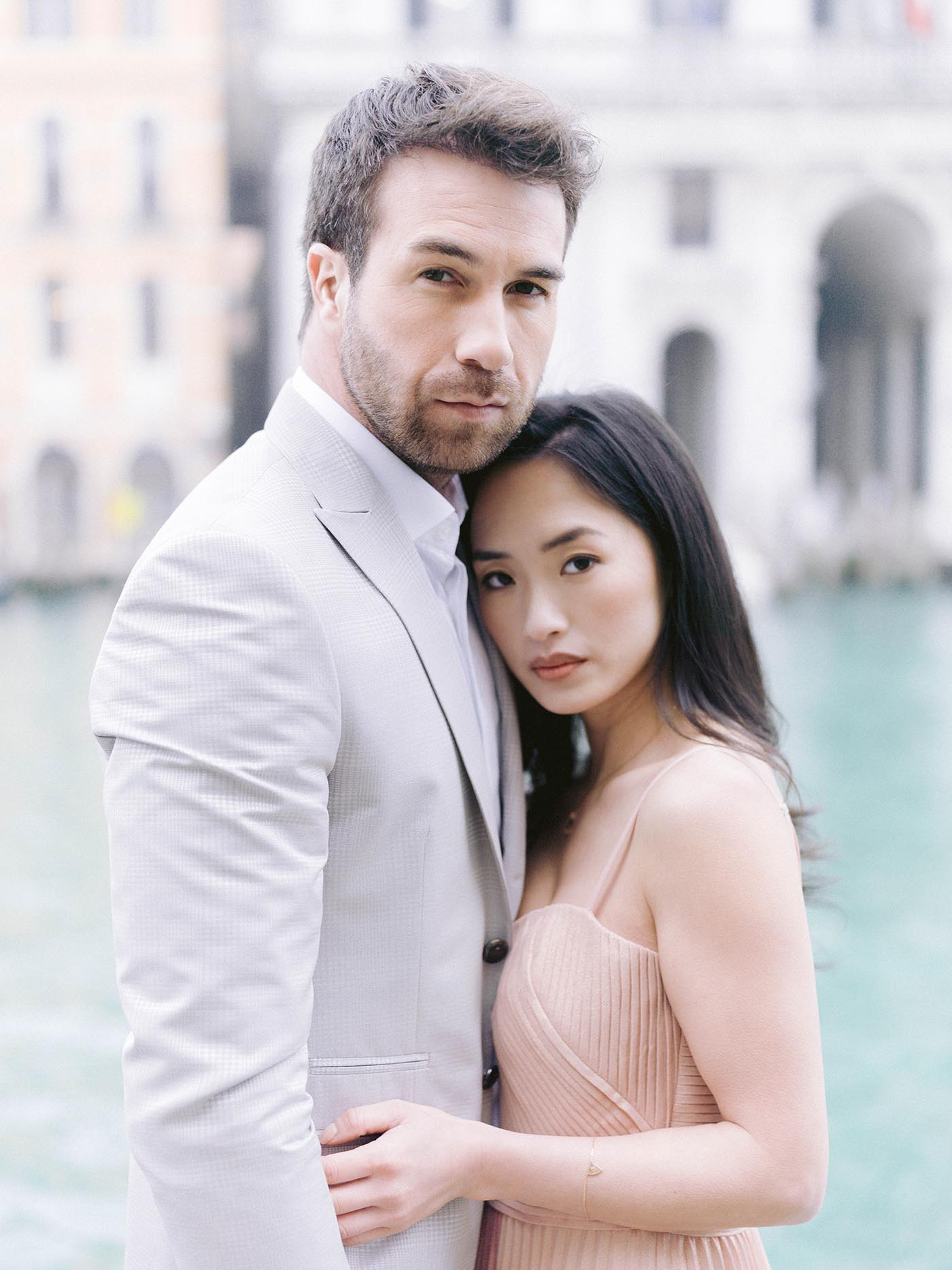 couple in venise look the wedding photographer