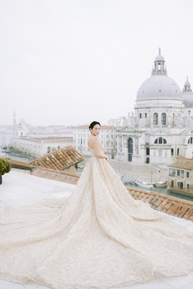 a bride on the roofs of the gritti palace in venice