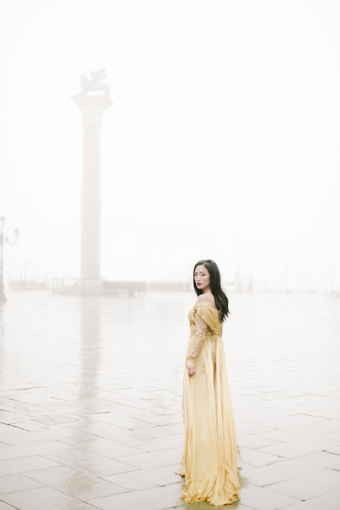a bride in venicewith wedding dress yellow for a session engagement