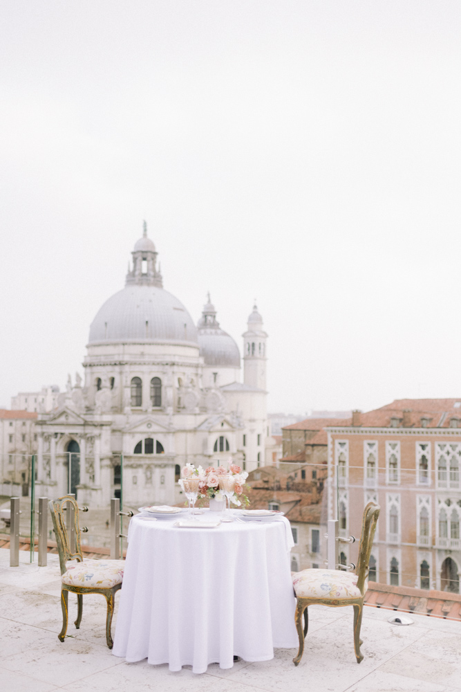 wedding table on the you of the gritti palace with the view of the basil